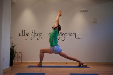 Sie sehen den Yoga Lehrer Florian Pfeifer bei einer Asana.