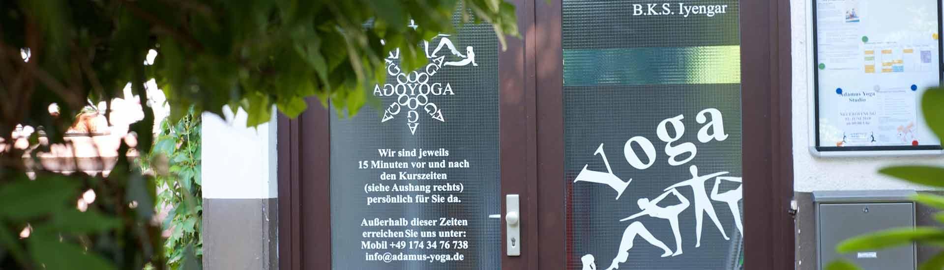 Sie sehen den Eingang zum Adamus Yoga Studio in Bad Säckingen.
