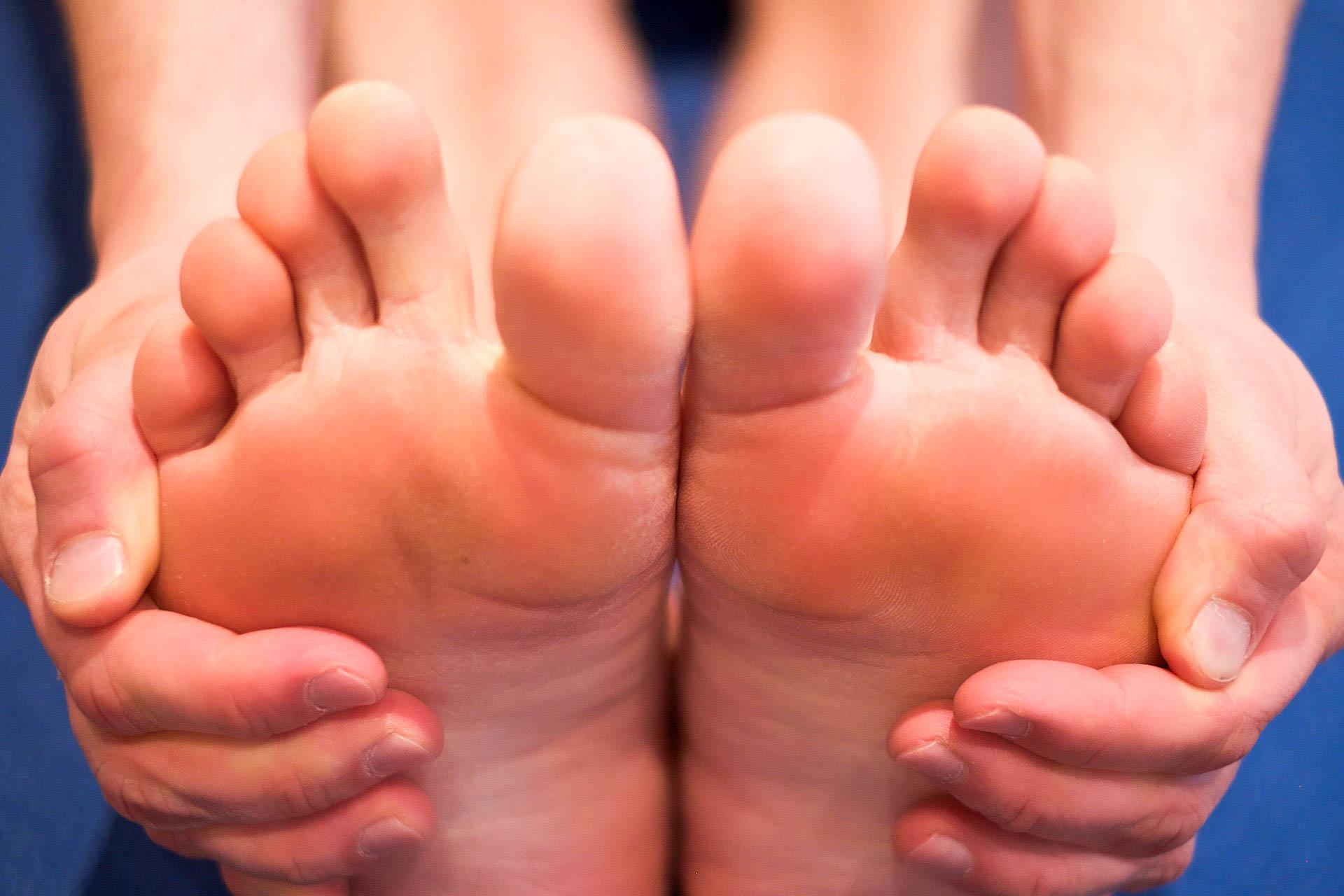 Füße in Paschimottanasana Vortwärtsbeuge im Sitzen